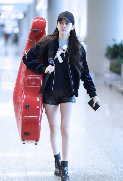 欧阳娜娜夹克搭配黑色皮裤,秋季这么穿够帅够图片