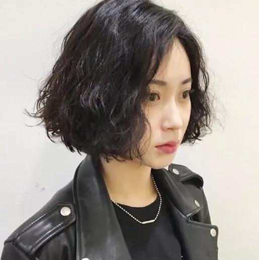 2018流行的发型女短发烫发发型图片