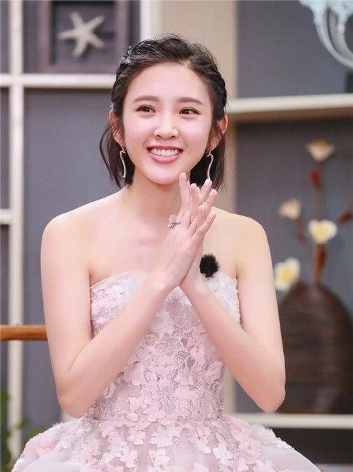 最火女明星_今年最红女明星唐艺昕,剧组过生日,照片是张若昀拍的吧?