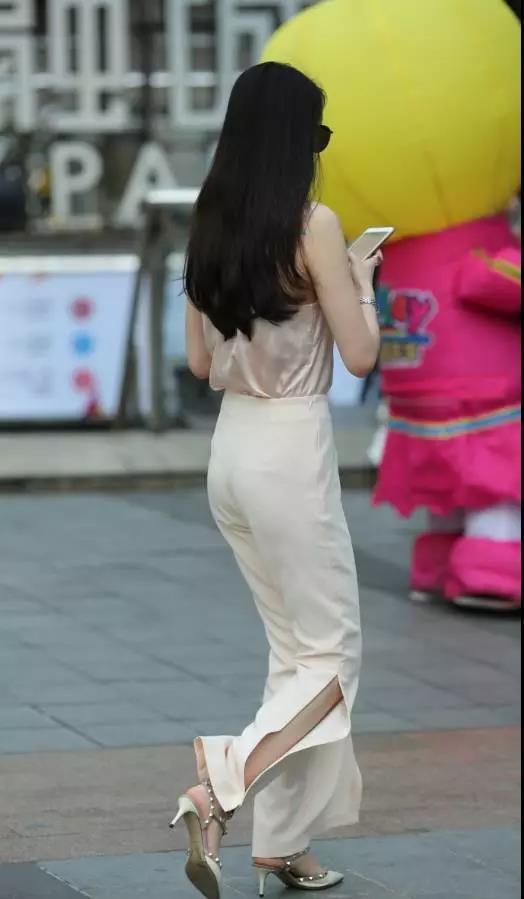街拍:漂亮优雅的白裤性感翘臀美女