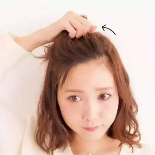 step  :额前刘海斜扎马尾,用皮筋将头发绑起图片