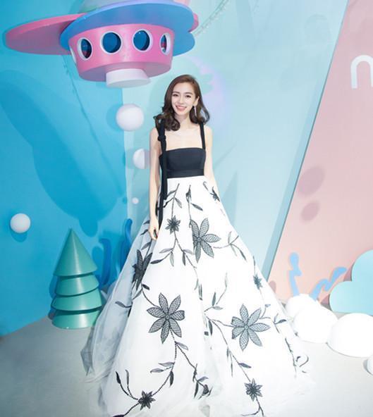 杨颖穿上这条裙子好显瘦,这次的发型美吗?