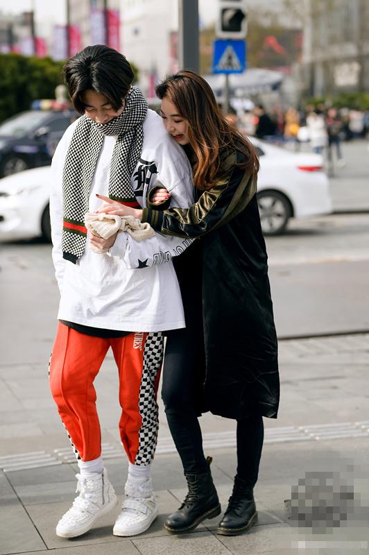 街拍成都:冬季里的最美穿搭,大长靴,性感打底裤,既显瘦又显高