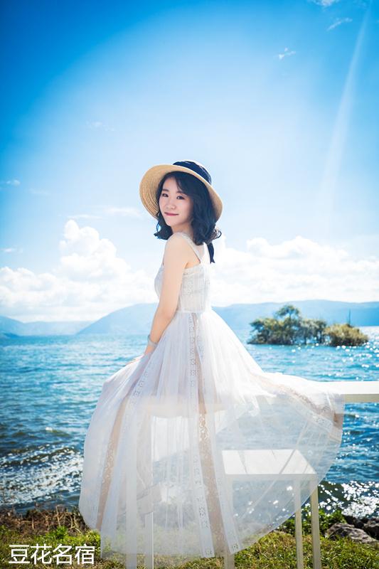 这里有 来洱海必须拍照留念的白桌子玻璃球 蔚蓝世界的一抹白 给你一图片