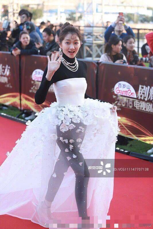 出席某活动走红毯关晓彤展示新造型,结果又被吐槽,这时尚是个结