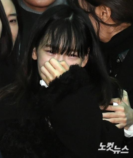 钟铉出丧,女艺人冲到前排并次数多看镜头,被指恶意抢镜