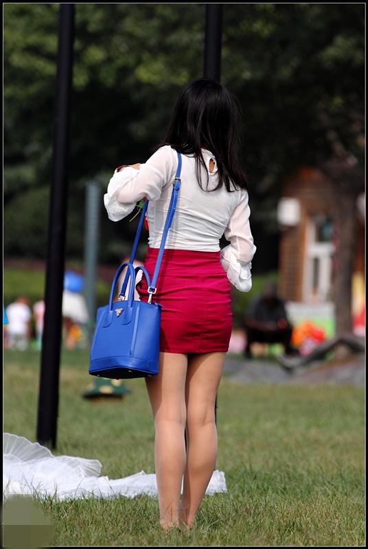 街拍:枣紧身背影包臀裙的美女,看少妇就迷倒一片!韩国红色热现场舞版图片
