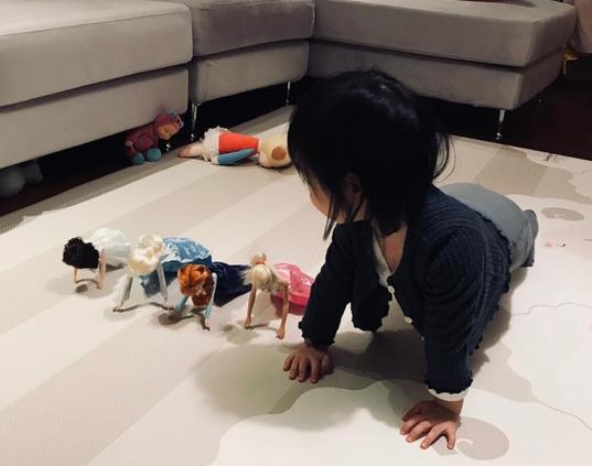 朱亚文2岁女儿竟会做俯卧撑 遗传父母运动天赋