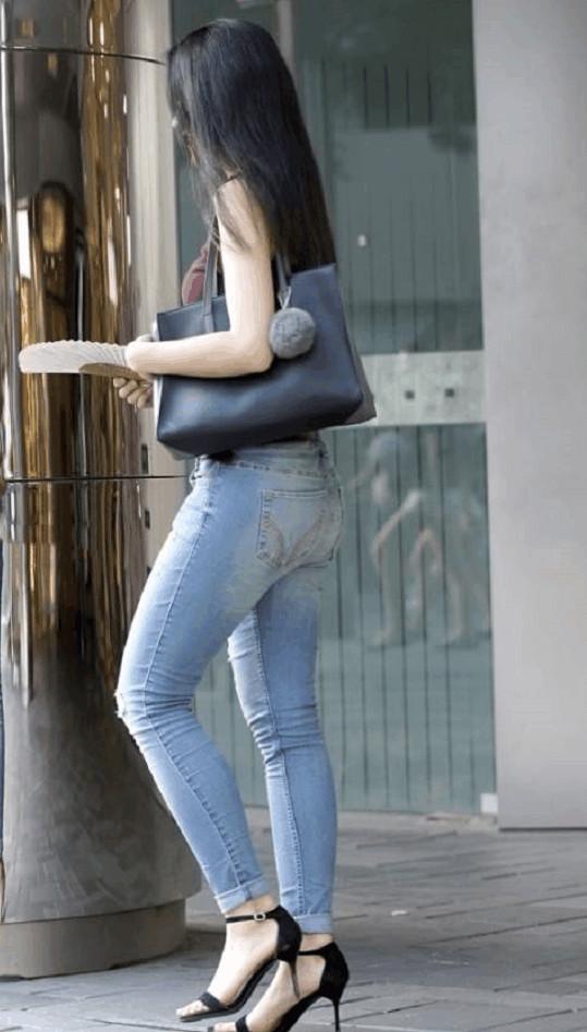 小学街拍:重点穿紧身牛仔裤圆润翘臀完美展现路人美女区区长宁图片
