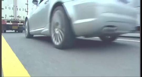 女孩骑摩托车被奔驰别车,解恨涂鸦奔驰,被车主抓住狠狠修理