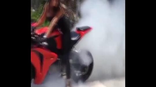 民间美女摩托车特技表演,感受人车合一境界,太酷了吧!