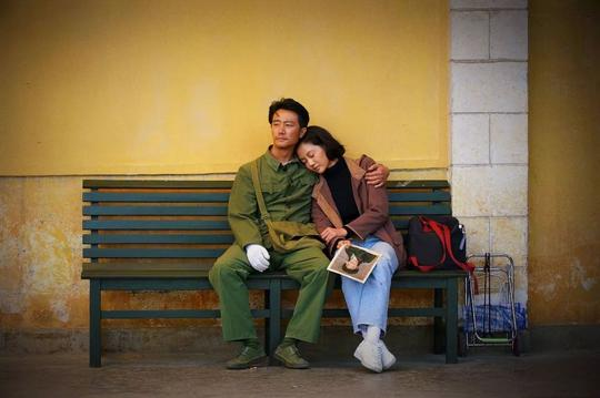 《芳华》:为何陪你走到最终的不是你当时爱人?
