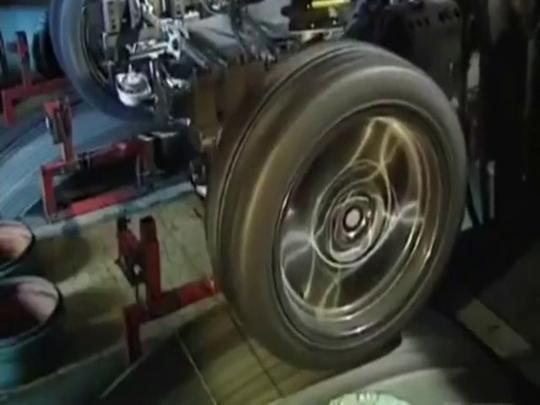 宝马高速悬架测试,转向机传动轴看得一清二楚