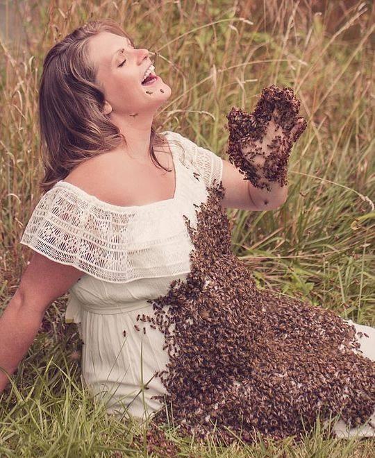 美国一位母亲之前与2万多只蜜蜂拍了一组独特的孕照,结果悲剧了
