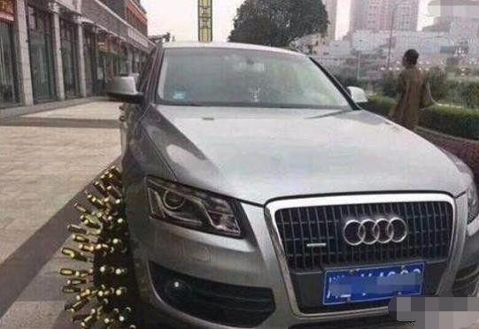 奥迪Q5乱停车被人用螺丝刀扎轮胎,车主看到后说这车没买亏!