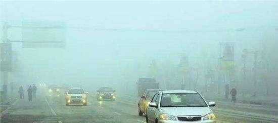 """暴雨天开""""双闪""""还是""""雾灯""""?多数车主不知道,搞不好要罚款"""