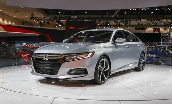 从外观上看,全新一代雅阁基本上借鉴了全新思域的设计元素,特别是全LED灯光组,加上双边排气配上小鸭尾的设计,极其动感! 倾斜度更高的车顶使整车看起来更长,更低,低趴又更想运动,而且全车还采用了第十代运用了54.2%高强度的钢材,占整车的29%,值得强调,对于日系的安全系质疑基本可以打消。