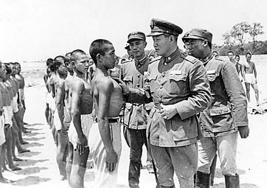 国军是如何对待日军俘虏的? 肯定没有八路军那么好脾气!