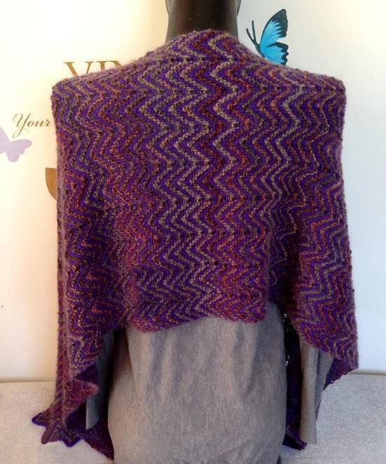 这条围巾披肩织起来非常简单,起针的双辫子法也做了详细的图解说明哦!