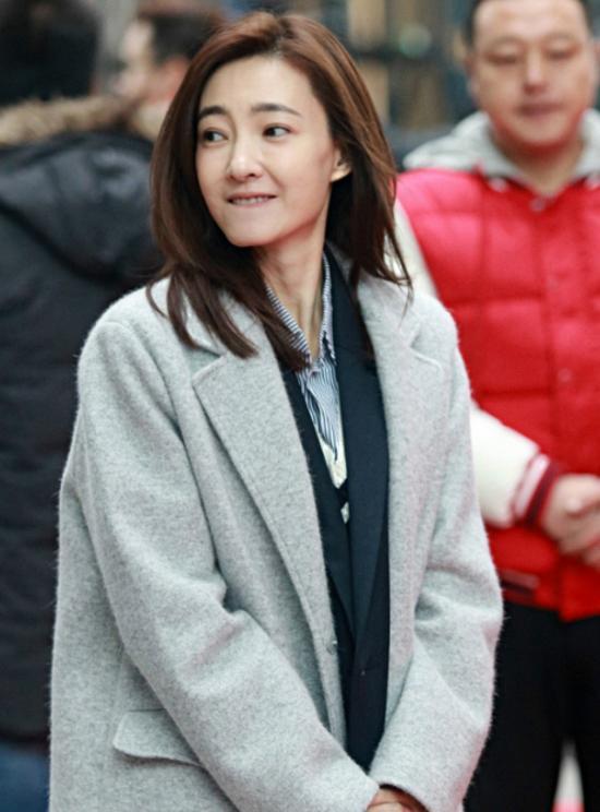 王丽坤素颜参加活动,冷到发抖成表情包,网友:谁娶了她图片