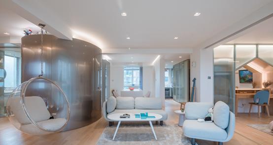 设计师将原先复杂地房间设置全部推翻打通,形成一个敞开的一室一厅