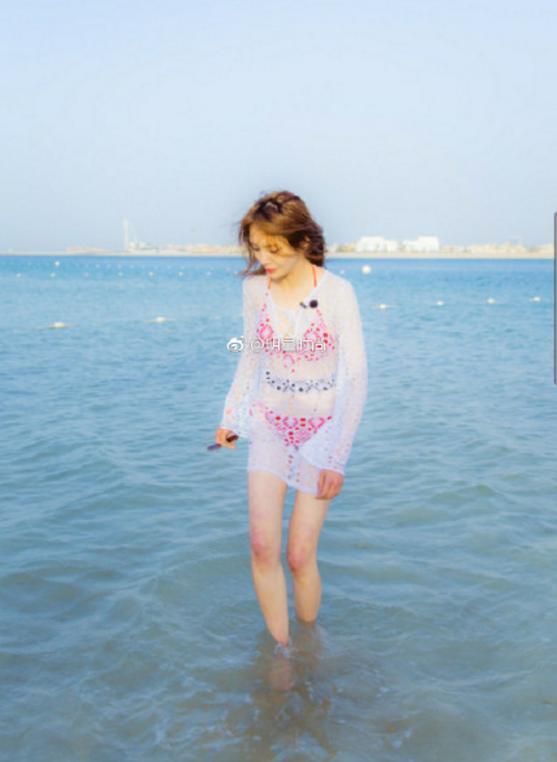 郑爽和娜扎同款泳装照曝光,一个清纯女神,一个让人看