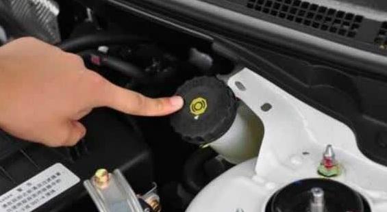 买新车却提到过期的库存车!提车时一定检查这六个位置!