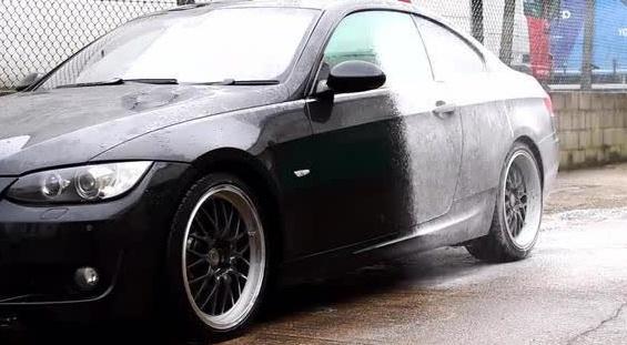 你见过这样洗车吗?实拍洗车店工人清洗保养宝马335I全过程