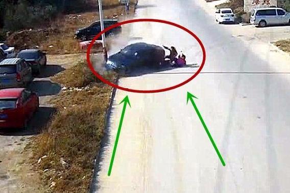 就为躲逆行电动车,轿车撞上了电线杆,真是太悲剧了!