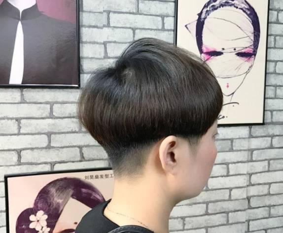 """这款短发也是短短很爱的之一,整体造型像锅盖一般,因此得名""""盖盖头""""图片"""