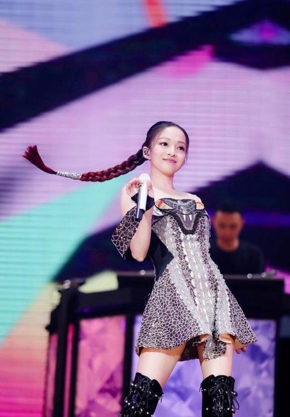 36岁的张韶涵再穿减龄装亮相,网友:公主风不是谁都可以驾驭!