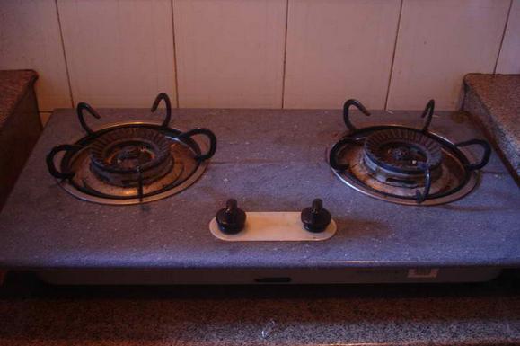 现在是家家户户都用煤气灶来做饭,毕竟有煤气灶来做饭会很快速,可是大家都会发现一个问题,厨房的卫生问题却实在让人头疼,油烟产生的各种污渍让整个厨房看起来都脏兮兮的,特别是煤气灶总是油污污的看起来很脏,即使是天天擦也天天脏,其实,清理灶台油污并没有那么难,三个简单妙招让灶台洁亮如新! 妙招一白碱清洁法  白碱又称小苏打,是一种表面活性物质,具有极强的吸附能力,而且在高温下会和油脂发生皂化反应,从而去除油污,平时在家里打扫的时候,只要把白碱混合在热水中,用抹布蘸取擦拭灶台即可,还可以用它解决各种油污难题,另外,