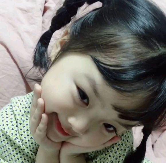 但是这个来自韩国的小女孩,火起来的方式却很特别,首先,来一波表情包图片