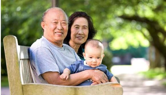 12张外国婆婆和中国婆婆带孩子对比图,看完心都凉了半截!