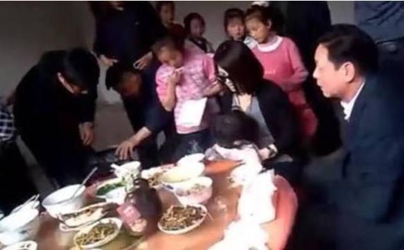名人回老家的状况,靳东吃路边摊,刘强东使柴燃烧做饭,而李湘?