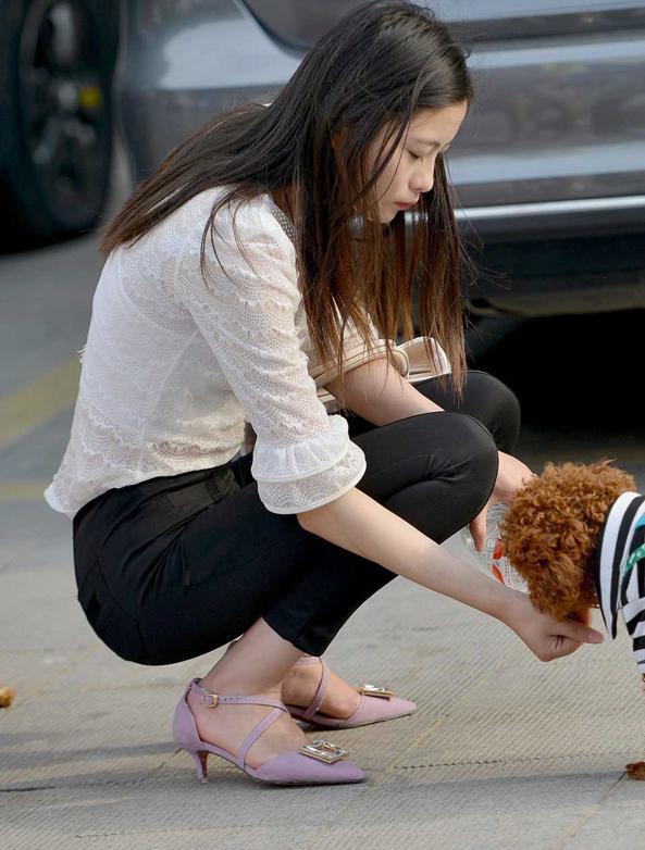 街拍:黑色紧身裤加紫色高跟鞋美女遛狗,这泰迪太不听话了