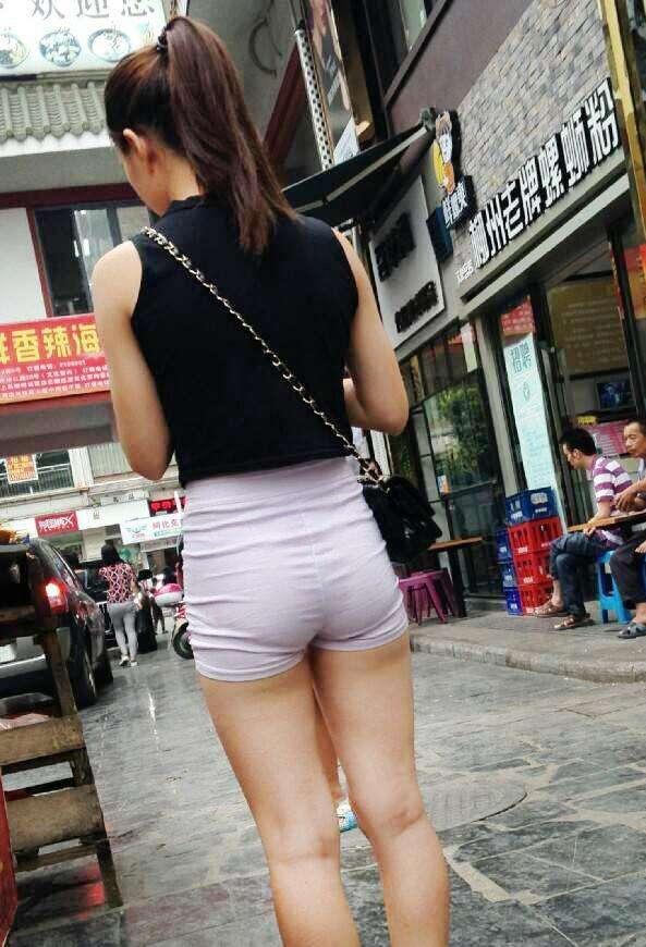 街拍: 胖胖小姐姐穿起紧身短裤翘臀, 网友: 勒着也舒服