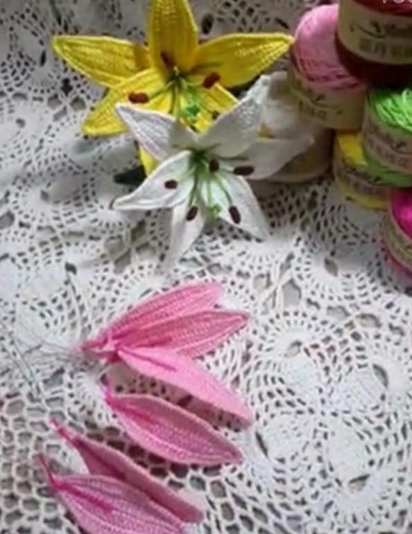 百合花的钩针方法: 百合花是由6片花瓣和花芯组成的,百合花的教程