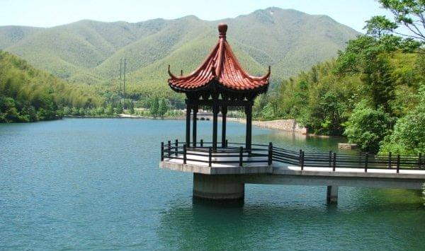 """以清丽脱俗,风光绝胜的""""竹海镜湖""""为衬托,景区有别具一格的门楼服务区"""