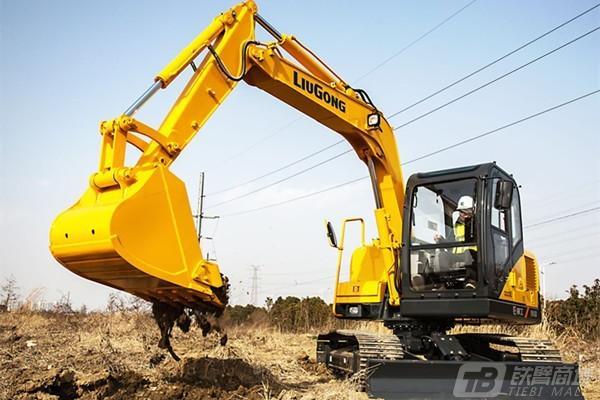 挖掘机司机工地干活遇大石头,耍个特技为何被老板罚款1000?