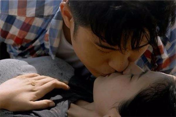 详解从初级到高级接吻技巧,嚼食之吻,咬住对方的舌头