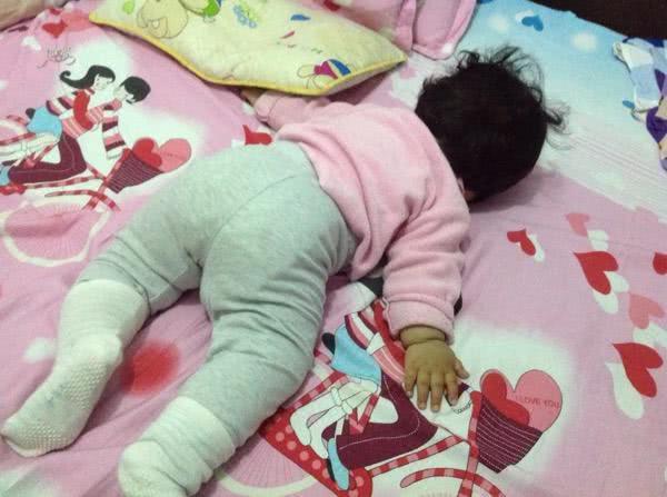 没过多久,不知什么时候宝宝又趴着睡了,那萌萌的睡姿让你哭笑不得,又