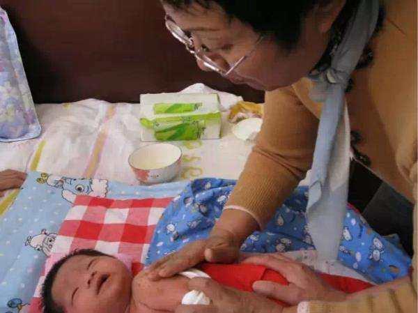 宝宝爱吵夜,奶奶从他身上拔出一堆黑刺,两小时后孩子受大罪了!