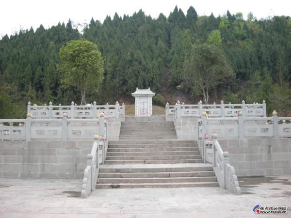 两位风水大师坟墓相隔百米,但遭遇却完全不同,其中一个没人敢动