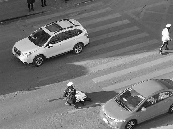 大连:早高峰行人走斑马线过马路被疾驰轿车撞倒