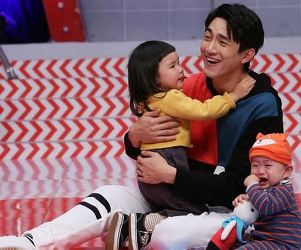 未婚男星抱孩子,张一山老练,王凯搞笑,网友:杨洋偷生的吧?