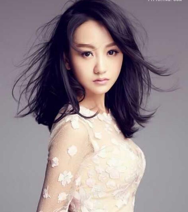 36岁杨蓉又换新发型,丸子头加空气刘海甜到炸,网友:逆龄少女!