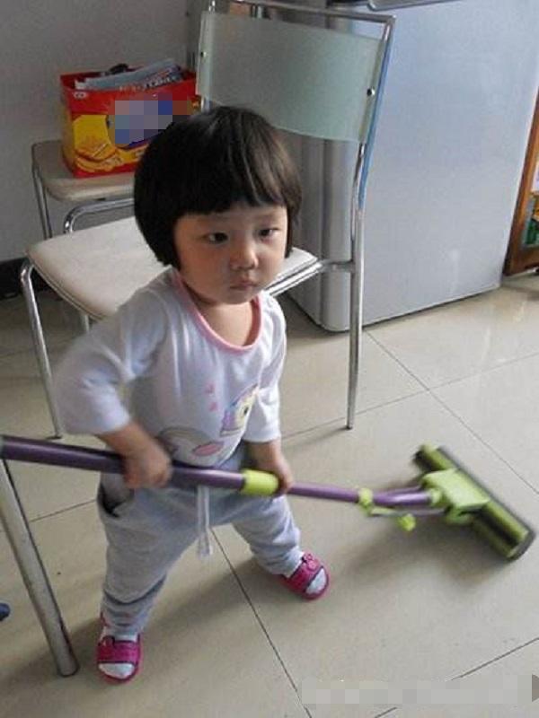 婆婆让3岁孙女拖地,却让孙子玩,3年后发生重大变化
