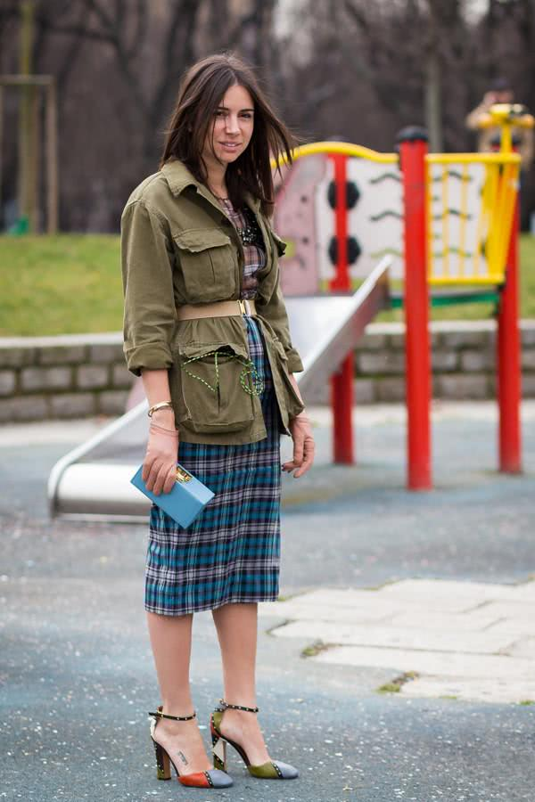 钟小姐用它来搭配迷你毛衣裙,潇洒帅气,将女性魅力与可爱的男孩感平衡
