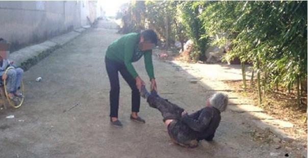 旧时恶毒媳妇让婆婆住猪圈,儿子却不闻不问,最终遭到报应
